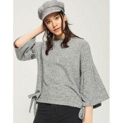 Sweter z rozkloszowanymi rękawami - Jasny szar. Białe swetry klasyczne damskie marki Sinsay, l, z napisami. W wyprzedaży za 29,99 zł.