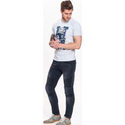 T-shirty męskie: T-SHIRT MĘSKI Z MELANŻOWEJ DZIANINY Z NADRUKIEM