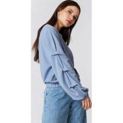 NA-KD Sweter z perłami na rękawach - Blue. Niebieskie swetry klasyczne damskie marki NA-KD. W wyprzedaży za 64,78 zł.