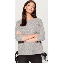 Dzianinowy sweter z kokardami - Szary. Czerwone swetry klasyczne damskie marki Mohito, z bawełny. Za 79,99 zł.