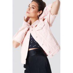 NA-KD Kurtka dżinsowa z rozciętym rękawem - Pink. Różowe kurtki damskie NA-KD, z bawełny. W wyprzedaży za 97,19 zł.