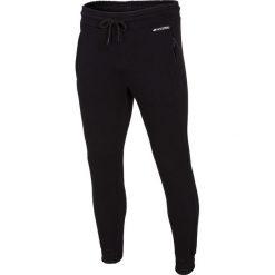 Spodnie dresowe męskie SPMD002 - głęboka czerń. Czarne joggery męskie marki 4f, na lato, z bawełny. Za 129,99 zł.