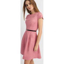 Sukienki hiszpanki: Rozkloszowana sukienka z paskiem