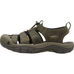 Keen NEWPORT EVO Sandały trekkingowe fairway/dark olive. Zielone sandały męskie skórzane Keen. Za 449,00 zł.