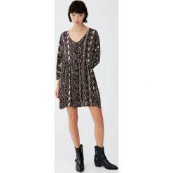 Sukienka babydoll ze zwierzęcym wzorem. Szare sukienki Pull&Bear, z motywem zwierzęcym. Za 99,90 zł.