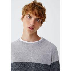 Sweter z melanżowej dzianiny z kolorowymi panelami. Szare swetry klasyczne męskie Pull&Bear, m, w kolorowe wzory, z dzianiny. Za 99,90 zł.