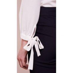 Emporio Armani Bluzka white. Białe bluzki damskie marki Emporio Armani, z elastanu. W wyprzedaży za 359,50 zł.