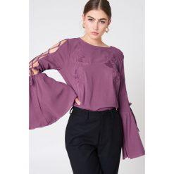 Bluzki asymetryczne: NA-KD Boho Haftowana bluzka z wiązanym rękawem - Purple