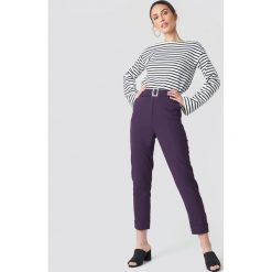 Spodnie damskie: NA-KD Spodnie z paskiem Turn Up - Purple