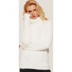 Sweter z golfem - Kremowy. Szare golfy damskie marki Top Secret, z dzianiny. Za 89,99 zł.