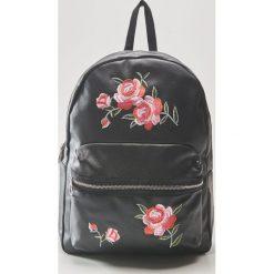 Plecak z kwiatowym haftem - Czarny. Czarne plecaki damskie marki House, z haftami. Za 79,99 zł.