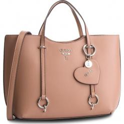 Torebka GUESS - HWVY71 70230 TAUPE. Brązowe torebki klasyczne damskie Guess, z aplikacjami, ze skóry ekologicznej, zdobione. Za 629,00 zł.