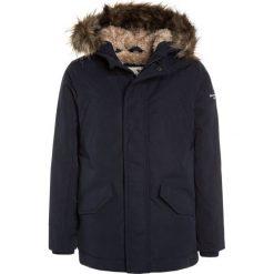 Abercrombie & Fitch CORE Płaszcz zimowy navy. Niebieskie kurtki chłopięce zimowe Abercrombie & Fitch, z materiału. W wyprzedaży za 471,20 zł.