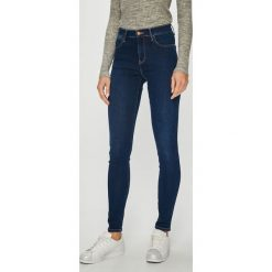 Wrangler - Jeansy Cosy Feel. Szare jeansy damskie rurki marki Wrangler, na co dzień, m, z nadrukiem, casualowe, z okrągłym kołnierzem, mini, proste. Za 349,90 zł.