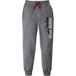 Spodnie dresowe z nadrukiem bonprix szary melanż. Szare dresy chłopięce bonprix, melanż, z dresówki. Za 37,99 zł.