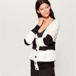 Sweter z zapięciem na guziki - Czarny. Czarne swetry rozpinane damskie Mohito, l. Za 119,99 zł.