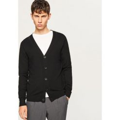 Gładki kardigan - Czarny. Czarne swetry rozpinane męskie marki Reserved, l, z kapturem. W wyprzedaży za 59,99 zł.