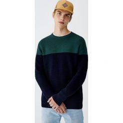 Sweter z dzianiny ottoman z kolorowymi panelami. Czerwone swetry klasyczne męskie marki Pull&Bear, m, w kolorowe wzory, z dzianiny. Za 99,90 zł.