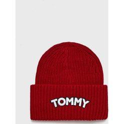 Tommy Hilfiger - Czapka. Czerwone czapki zimowe damskie TOMMY HILFIGER, na zimę, z nadrukiem, z dzianiny. Za 229,90 zł.