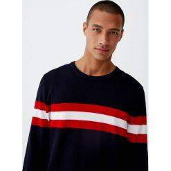 Dzianinowy sweter o wypukłej fakturze z kontrastowym pasem. Zielone swetry klasyczne męskie Pull&Bear, m, z dzianiny, z kontrastowym kołnierzykiem. Za 99,90 zł.