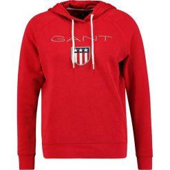 GANT SHIELD HOODIE Bluza z kapturem red. Czerwone bluzy rozpinane damskie GANT, l, z bawełny, z kapturem. Za 419,00 zł.