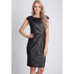 Czarna metaliczna sukienka QUIOSQUE. Czerwone sukienki balowe marki bonprix, kopertowe. W wyprzedaży za 59,99 zł.