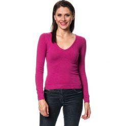 Swetry klasyczne damskie: Sweter w kolorze fuksji