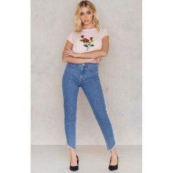 NA-KD Trend Jeansy z wysokim stanem i skośnym wykończeniem - Blue. Niebieskie jeansy damskie marki NA-KD Trend, z bawełny. W wyprzedaży za 66,29 zł.
