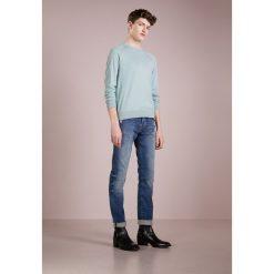 True Religion ROCCO Jeansy Slim Fit blue denim. Niebieskie jeansy męskie regular True Religion, z bawełny. W wyprzedaży za 371,60 zł.