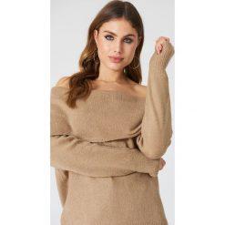 Swetry damskie: NA-KD Trend Szeroki sweter z odkrytymi ramionami - Beige