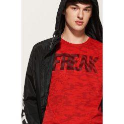 T-shirt camo z napisem - Czerwony. Czerwone t-shirty męskie House, l, z napisami. Za 49,99 zł.