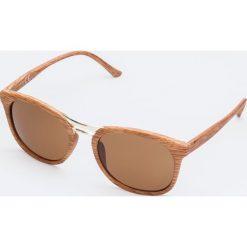 Okulary przeciwsłoneczne w brązowych oprawkach imitującymi drewno. Brązowe okulary przeciwsłoneczne damskie aviatory Yups, owalne. Za 19,99 zł.