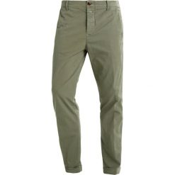 Chinosy męskie: CLOSED ATELIER  Spodnie materiałowe grün