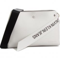 Torebka CALVIN KLEIN JEANS - Logo Banner Shoulder Bag K40K400825 102. Białe listonoszki damskie Calvin Klein Jeans, z jeansu. Za 599,00 zł.