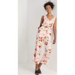 Obey Clothing JAYA ROMPER Kombinezon peach/multi. Pomarańczowe kombinezony damskie marki Obey Clothing, z materiału. Za 419,00 zł.