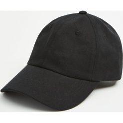 Czarna czapka basic. Czarne czapki z daszkiem męskie Pull&Bear. Za 39,90 zł.