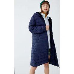 Pikowany płaszcz z podszewką ze sztucznego futerka. Zielone płaszcze damskie marki Pull&Bear. Za 299,00 zł.