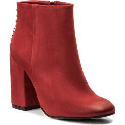 Botki CARINII - B4451  L87-000-000-C00. Czerwone botki damskie na obcasie Carinii, z nubiku. W wyprzedaży za 299,00 zł.