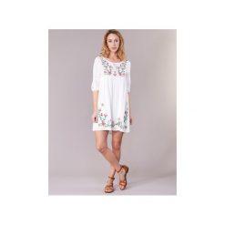 Sukienki krótkie Betty London  IOLI. Białe sukienki mini marki Betty London, l, z krótkim rękawem. Za 104,30 zł.