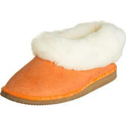 """Skórzane kapcie """"Gisi"""" w kolorze pomarańczowo-kremowym. Białe kapcie męskie Kitz-pichler, Magicfelt & Stegmann, ze skóry. W wyprzedaży za 147,95 zł."""