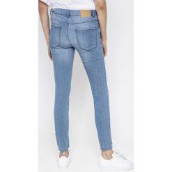 Vero Moda - Jeansy VMSEVEN. Niebieskie jeansy damskie marki Vero Moda, z bawełny. W wyprzedaży za 69,90 zł.