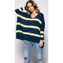 Swetry oversize damskie: Granatowy Oversizowy Sweter w Paski z Dekoltem w Szpic