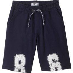 Bermudy dresowe bonprix ciemnoniebieski z nadrukiem. Niebieskie dresy chłopięce marki bonprix, z nadrukiem, z dresówki. Za 37,99 zł.
