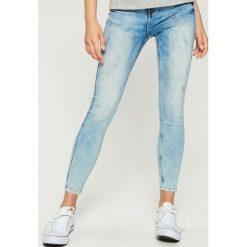 Jeansy skinny mid waist - Niebieski. Niebieskie spodnie z wysokim stanem marki Sinsay, z jeansu. W wyprzedaży za 59,99 zł.