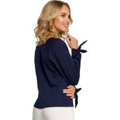 MARGO Bluzka z pliską i wiązanymi mankietami - granatowa. Niebieskie bluzki z odkrytymi ramionami Moe, eleganckie. Za 119,00 zł.