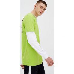 Koszulka z nadrukiem. Szare t-shirty męskie marki Pull & Bear, okrągłe. Za 59,90 zł.