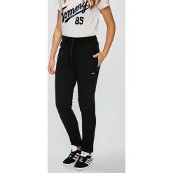 Guess Jeans - Spodnie. Szare jeansy damskie marki Guess Jeans. Za 249,90 zł.