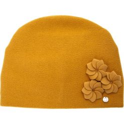 Musztardowa czapka z trzema kwiatami QUIOSQUE. Czerwone czapki zimowe damskie QUIOSQUE, w kwiaty, z wełny. Za 99,99 zł.
