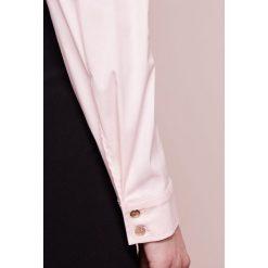Patrizia Pepe Koszula soft rose. Czerwone koszule damskie marki Patrizia Pepe, z bawełny. W wyprzedaży za 379,60 zł.