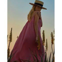 DŁUGA SUKIENKA DAMSKA NA RAMIĄCZKACH W STYLU JESSICA MERCEDES. Szare długie sukienki Top Secret, z długim rękawem. Za 54,99 zł.